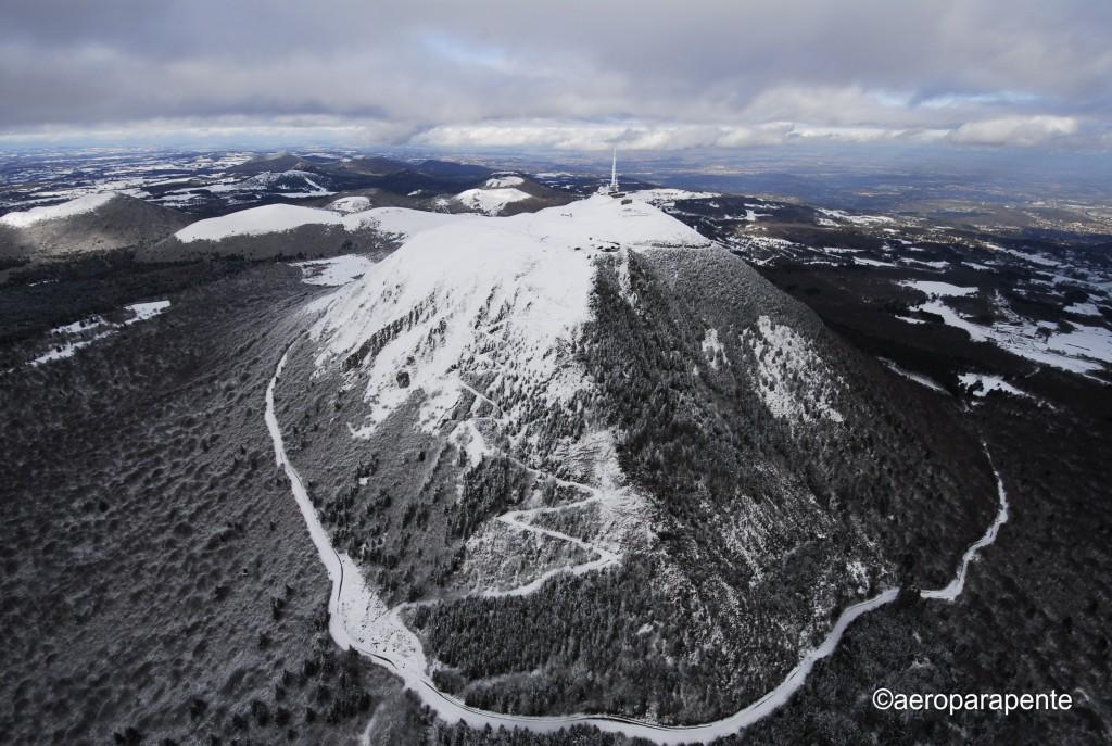 vue aerinne du puy de dome dans la neige